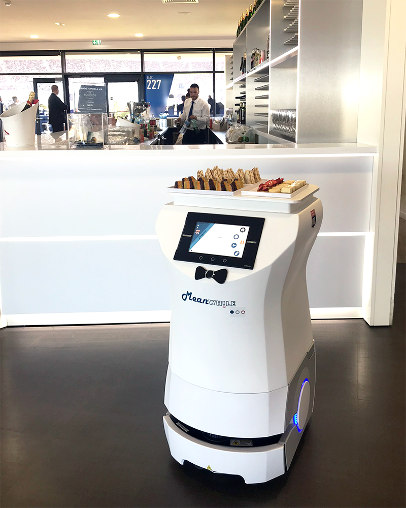 original-robot-mobile-service-petits-fours-salon-e-lounge-groupama-stadium-OL